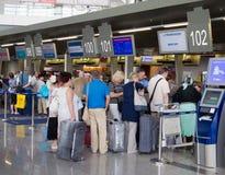 Kolejka ludzie w rezerwaci biura Vnukovo lotnisku, Moskwa, Rosja zdjęcie stock