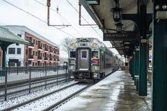 Kolejka opuszcza dworzec po śniegu fotografia stock