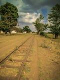 Kolejowi ślada i taborowa podróż w typowym afrykanina krajobrazie Zdjęcie Stock