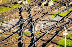 Kolejowi ślada, poręcze, tajni agenci, strzała stacja kolejowa widok Fotografia Royalty Free