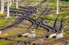Kolejowi ślada, poręcze, tajni agenci, strzała stacja kolejowa widok Obrazy Royalty Free