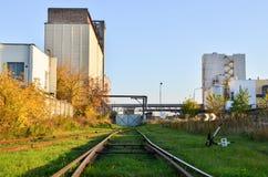 Kolejowi ślada w strefie przemysłowej roślina zdjęcie royalty free