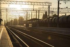 Kolejowi ślada Ważny dworzec przy wschodem słońca Fotografia Royalty Free