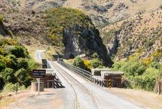 Kolejowy ślad w górę Taieri wąwozu Nowa Zelandia Obraz Royalty Free