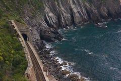 Kolejowy bieg przez linii brzegowej Cinque Terre obrazy stock