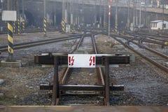 Kolejowy impas z białym znakiem Pojęcie: podróż zabrania, końcówka droga obraz stock
