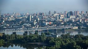 Kolejowy most nad rzek? przeciw t?u nowo?ytny miasto zdjęcie royalty free