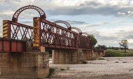 Kolejowy most nad wysuszoną rzeką w Afryka obrazy royalty free