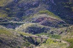 Kolejowy most przez masywnego pasma górskiego - Somerset Zachodni, Zachodni przylądek, Południowa Afryka obrazy royalty free