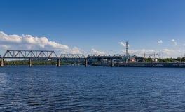 Kolejowy most przez rzekę na którym podróżny jest pociąg Zdjęcia Royalty Free