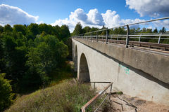Kolejowy most w Tokarevka błękitny dzień domu Kaliningrad regionu dachu Russia lato pogodny Zdjęcia Stock