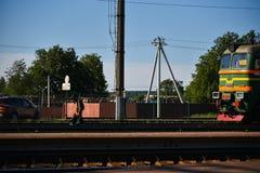 Kolejowy pracownik sprawdza spos?b przed poci?giem zdjęcia royalty free