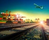 Kolejowy transport w importa eksporta wysyłki porcie i ładunku samolocie Obrazy Stock
