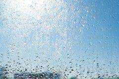 kolekci kropel natury deszczu okno Tła błękitny pogodny niebo, krople błyszczy w słońcu Fotografia Royalty Free