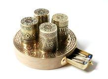 Kolekci ot cztery ustaleni naparstki na bazie z pudełkiem dla igieł Naparstki z akwafortą z Greckimi aphorisms Fotografia Royalty Free