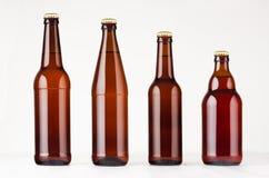 Kolekcj różne brown piwne butelki, mockup Szablon dla reklamować, projekt, oznakuje tożsamość na białym drewno stole Fotografia Stock