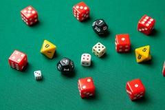 Kolekcja barwioni hazard kostek do gry sześciany na zielonym stole obrazy stock