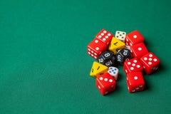 Kolekcja barwioni hazard kostek do gry sześciany na zielonym stole Odbitkowa przestrzeń dla teksta obraz stock