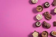 Kolekcja czekoladowi cukierki na kolorowym tle obrazy stock