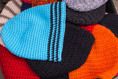 Kolekcja kolorowe nakrętki dla zimy na kramu przy bazarem obraz stock