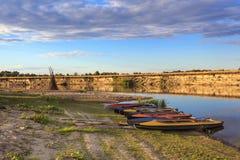 Kolekcja kolorowi kajaki na brzeg rzeki przy letnim dniem Obrazy Stock
