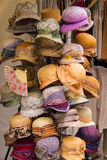 Kolekcja kolorowi kapelusze na kramu przy bazarem Zdjęcia Royalty Free