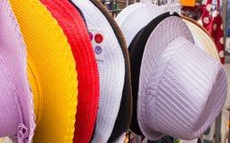 Kolekcja kolorowi kapelusze na kramu przy bazarem zdjęcie stock