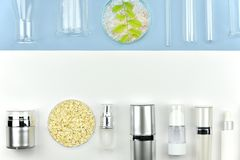 Kolekcja kosmetyczni butelka zbiorniki i laborancki glassware, Pusta etykietka dla oznakować egzamin próbnego zdjęcia royalty free