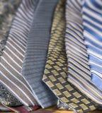 Kolekcja mężczyzn krawaty w lampasach i wzorach zdjęcia stock