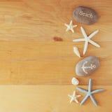 Kolekcja nautyczni i plażowi przedmioty tworzy ramę nad drewnianym tłem, Fotografia Stock