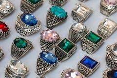 Kolekcja pierścionki z kolorowymi klejnotami obraz stock