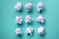 Kolekcja różnorodny zmięty papier na zielonym tle zdjęcia royalty free