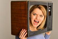 kolekcja redaguje retro prostego wektorowy tv rocznik rocznik tv w rękach gniewna dziewczyna tv reporter w rocznika stylu rocznik zdjęcia stock