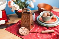 Kolekcja rocznika kitchenware z czerwonym tablecloth, błękitny tło obraz stock