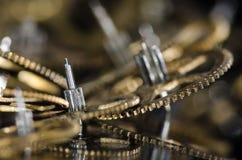 Kolekcja rocznika zegarka Kruszcowe przekładnie na Czarnej powierzchni Zdjęcia Royalty Free