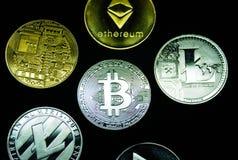 Kolekcja srebne i złociste cryptocurrency monety zdjęcia royalty free