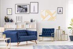 Kolekcja sztuki i kanapa obrazy stock