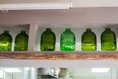 Kolekcja zieleni pusty szkło zgrzyta na półce zdjęcia royalty free