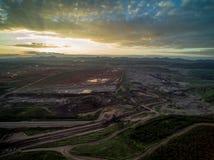 Kolgruva med solnedgång Arkivfoto