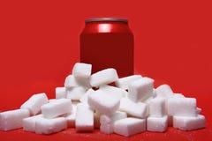 Koli odświeżenia napój może i udział białego cukieru sześciany reprezentuje dużą kwotę kalorie Zdjęcia Stock