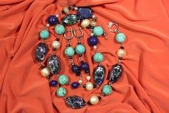 Kolia i kolczyki od naturalnych półszlachetnych kamieni - lapisu lazuli, turkus i biała rzeka, operlamy na różowym tle obrazy stock