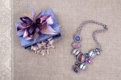 Kolia, jaśminów kwiaty i prezenta pudełko, Obraz Royalty Free