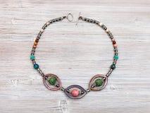 Kolia od naturalnych gemstones na drewnianym stole Fotografia Stock