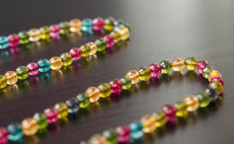 Kolia od szklanych koralików różni kolory na zmrok powierzchni Fotografia Royalty Free