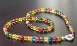Kolia od szklanych koralików różni kolory na zmrok powierzchni Zdjęcia Royalty Free
