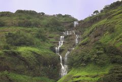 Kolia spada w Bhandradhara, monsun brama blisko Mumbai zdjęcia royalty free