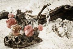 Kolia z agatów gemstones na miękkim piaska tle Obraz Royalty Free