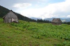Koliba en las cuestas de montaña fotos de archivo