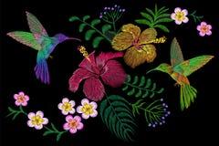 Kolibri um exotische tropische Sommerblüte des Blume Plumeriahibiscus Stickereimodeflecken-Dekorationsgewebe Stockfoto