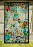 KOLIBRIESgebrandschilderd glas HET HANGEN Stock Foto's